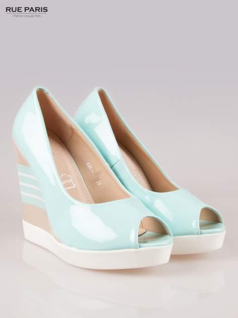 Niebieskie lakierowane buty peep toe na wzorzystym koturnie                                  zdj.                                  2