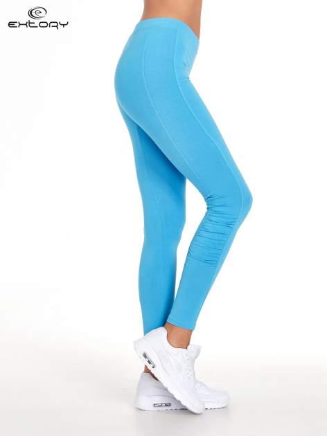 Niebieskie legginsy sportowe z drapowaniem                                  zdj.                                  2