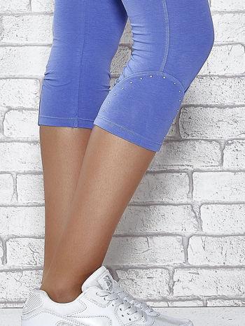 Niebieskie legginsy sportowe z dżetami i marszczoną nogawką za kolano                                  zdj.                                  7