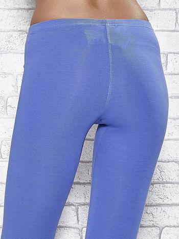 Niebieskie legginsy sportowe z patką z dżetów na dole                                  zdj.                                  5