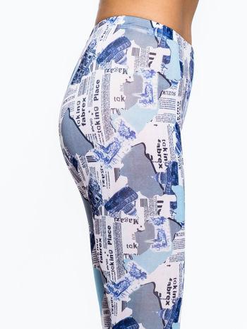 Niebieskie legginsy z motywem newspaper print                                  zdj.                                  6