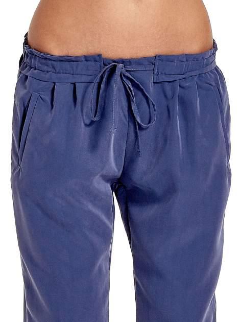 Niebieskie lejące spodnie wiązane w pasie                                  zdj.                                  5