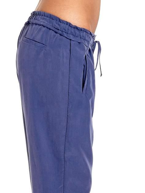 Niebieskie lejące spodnie wiązane w pasie                                  zdj.                                  6