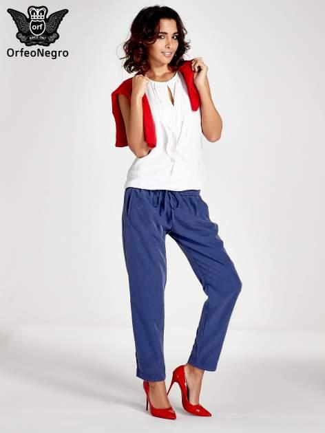 Niebieskie lejące spodnie wiązane w pasie                                  zdj.                                  4