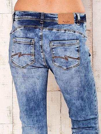 Niebieskie marmurkowe spodnie boyfriend jeans                                  zdj.                                  5