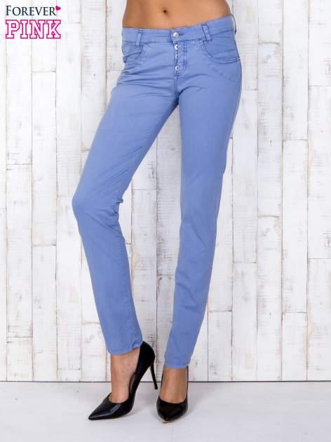Niebieskie materiałowe spodnie regular na guziki