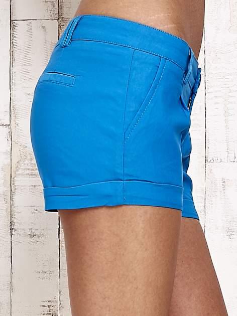 Niebieskie materiałowe szorty z podwijaną nogawką                                  zdj.                                  5