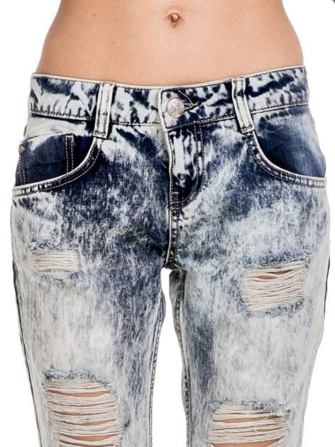 Niebieskie rozjaśniane spodnie jeansowe z przetarciami                                  zdj.                                  7