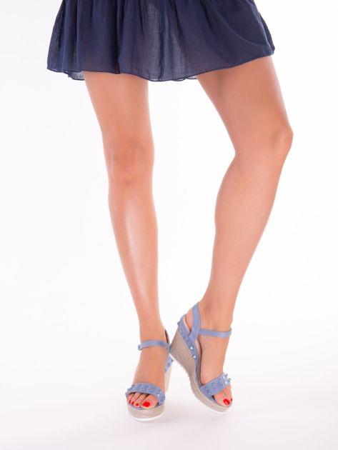 Niebieskie sandały na metalicznych koturnach z ćwiekami na przodzie                              zdj.                              4