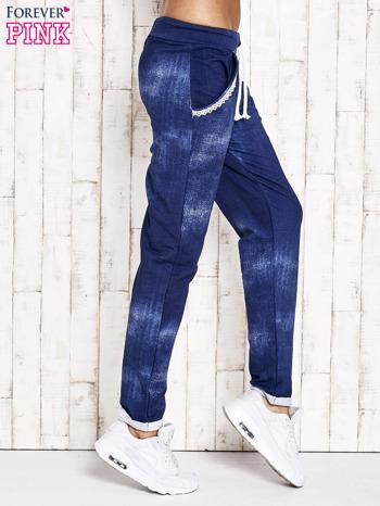 Niebieskie spodnie dresowe z koronkowym wykończeniem                                  zdj.                                  2