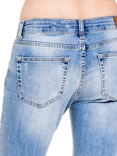Niebieskie spodnie girlfriend jeans typu cut out                                  zdj.                                  8
