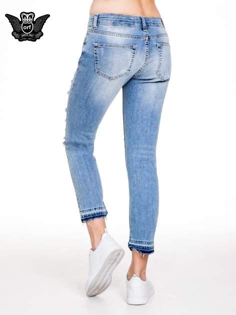 Niebieskie spodnie girlfriend jeans typu cut out                                  zdj.                                  4