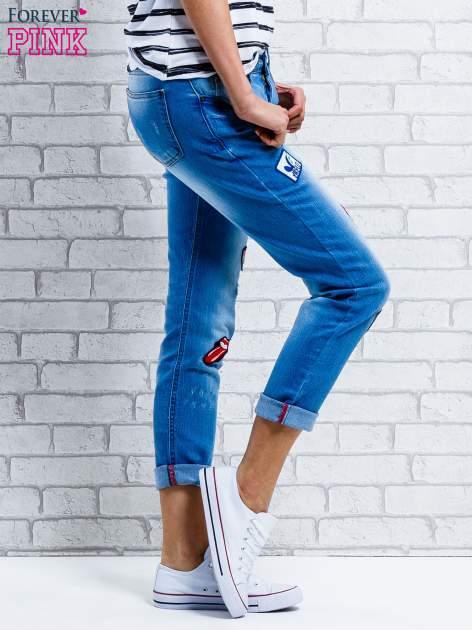 Niebieskie spodnie girlfriend jeans z naszywkami                                  zdj.                                  3