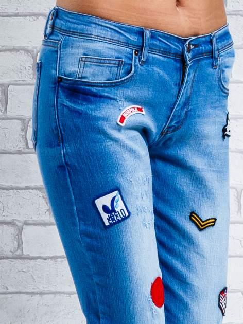 Niebieskie spodnie girlfriend jeans z naszywkami                                  zdj.                                  5