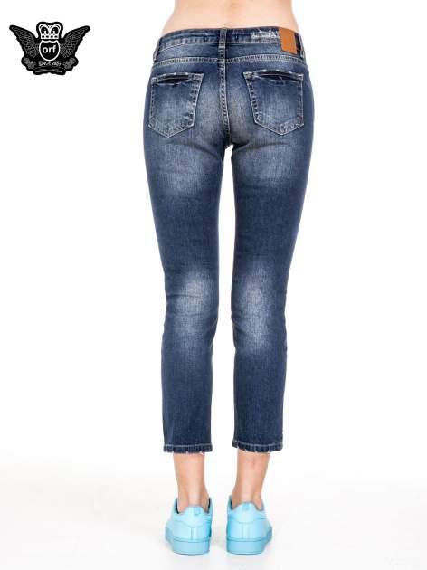 Niebieskie spodnie girlfriend jeans z rozjaśnianą nogawką i dziurami                                  zdj.                                  5