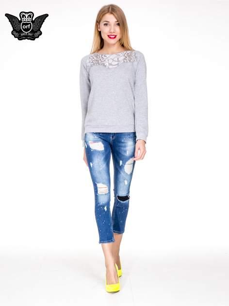 Niebieskie spodnie jeansowe długości 7/8 z łatami i przetarciami                              zdj.                              4