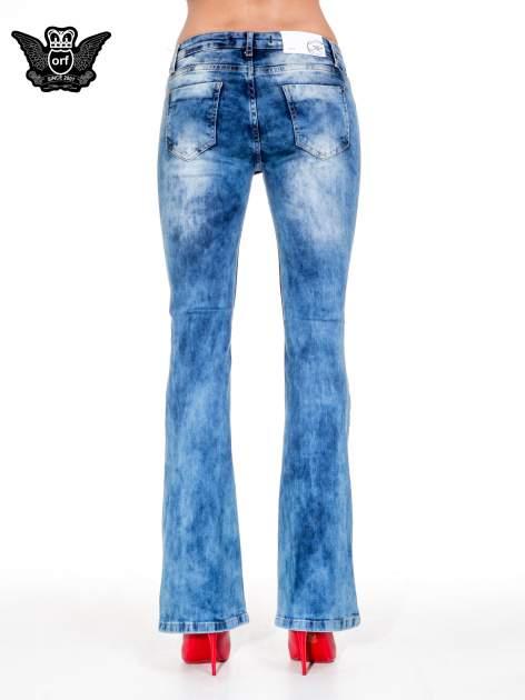 Niebieskie spodnie jeansowe dzwony z rozdarciami cut out                                  zdj.                                  5