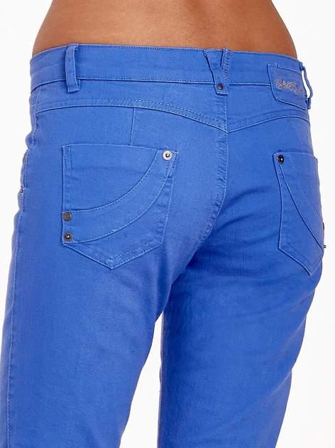 Niebieskie spodnie jeansowe rurki                                  zdj.                                  11