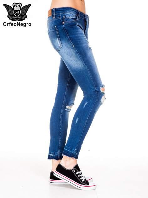 Niebieskie spodnie jeansowe rurki z dziurami i strzępioną nogawką                                  zdj.                                  3