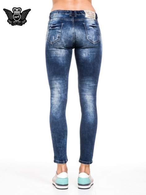 Niebieskie spodnie jeansowe rurki z lekkim dekatyzowaniem i przetarciami                                  zdj.                                  5