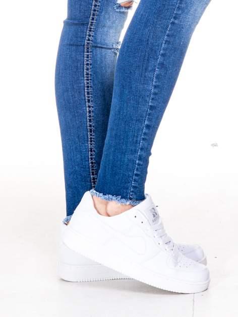 Niebieskie spodnie jeansowe rurki z rozjaśnianą nogawką i rozdarciami na kolanach                                  zdj.                                  6