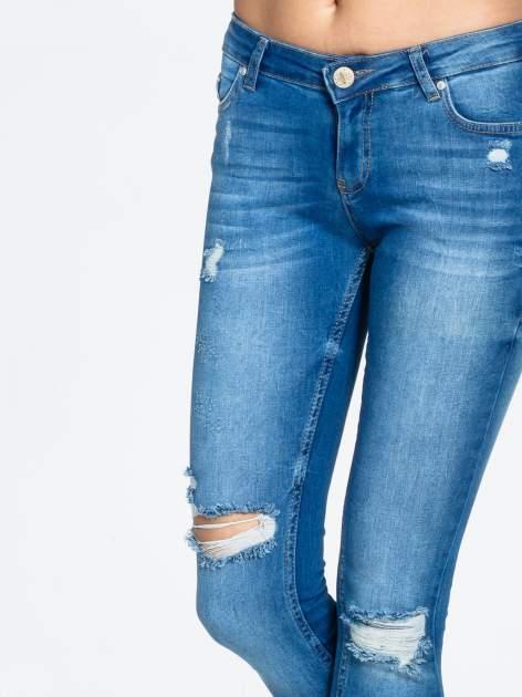 Niebieskie spodnie jeansowe skinny z dziurami na kolanach                                  zdj.                                  5