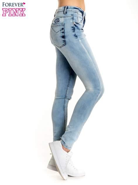 Niebieskie spodnie jeansowe skinny z dziurami na kolanach i haftem                                  zdj.                                  2