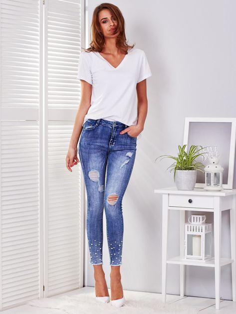 Niebieskie spodnie jeansowe skinny z perełkami i wystrzępionymi nogawkami                              zdj.                              4