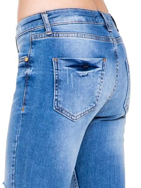 Niebieskie spodnie jeansowe z cieniowaną nogawką z przetarciami                                  zdj.                                  10
