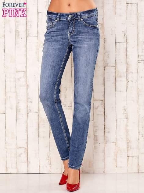 Niebieskie spodnie jeansowe z prostymi nogawkami