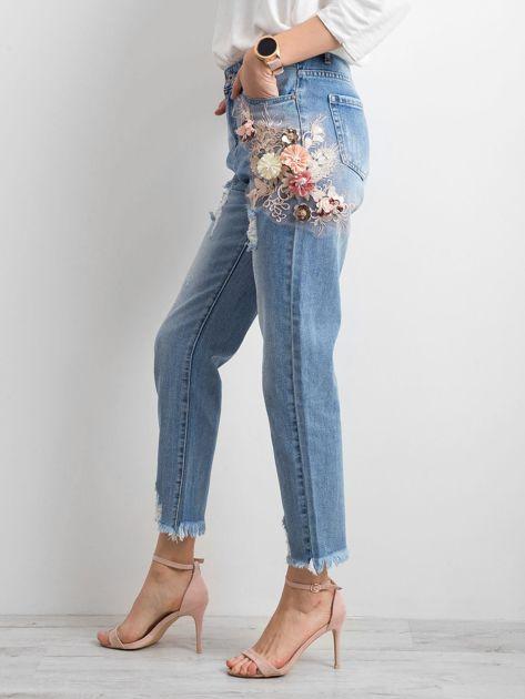 Niebieskie spodnie mom jeans z kwiatową aplikacją                              zdj.                              3