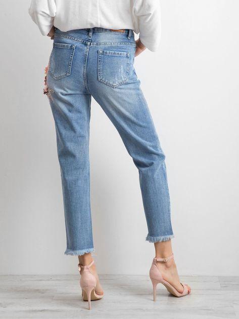 Niebieskie spodnie mom jeans z kwiatową aplikacją                              zdj.                              2