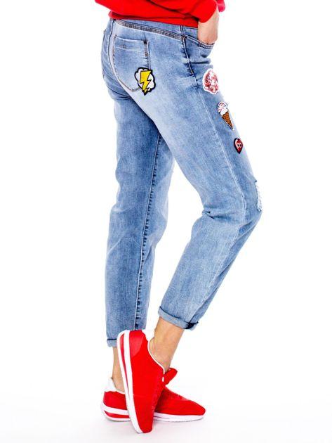 Niebieskie spodnie mom jeans z naszywkami                              zdj.                              3