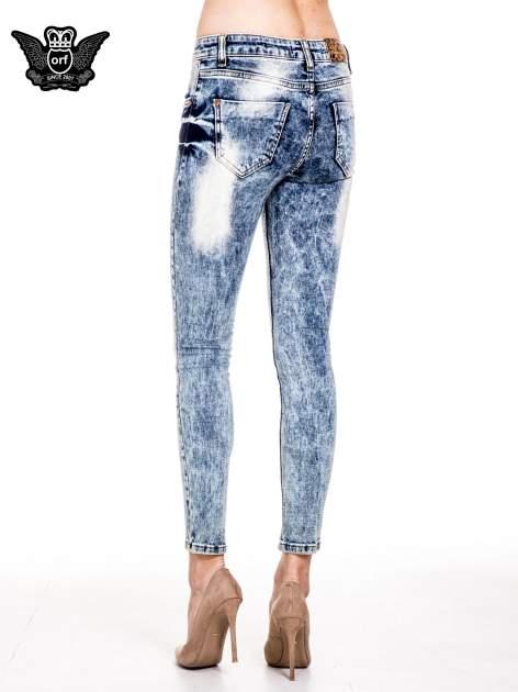 Niebieskie spodnie skinny jeans marmurki z rozjaśnianą nogawką                                  zdj.                                  4