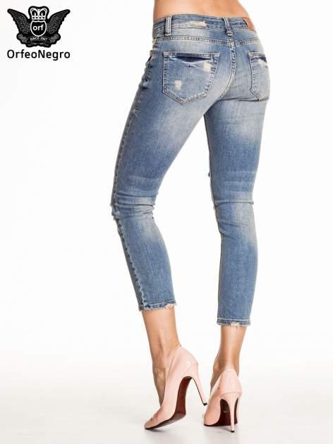 Niebieskie spodnie skinny jeans z koronkowymi łatami                                  zdj.                                  4