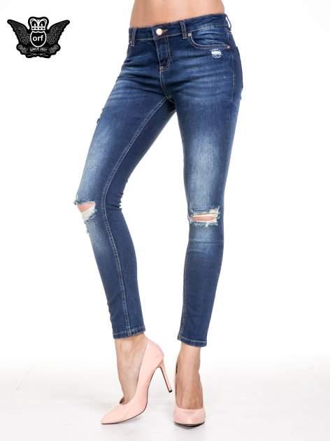 Niebieskie spodnie skinny jeans z rozdarciami na kolanach
