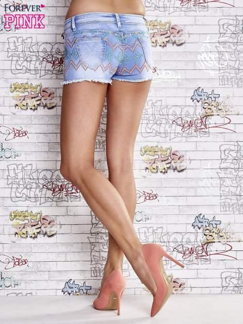 Niebieskie szorty jeansowe w azteckie wzory                                  zdj.                                  3