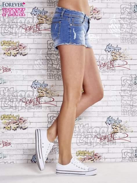 Niebieskie szorty jeansowe z postrzępionymi brzegami                                  zdj.                                  4