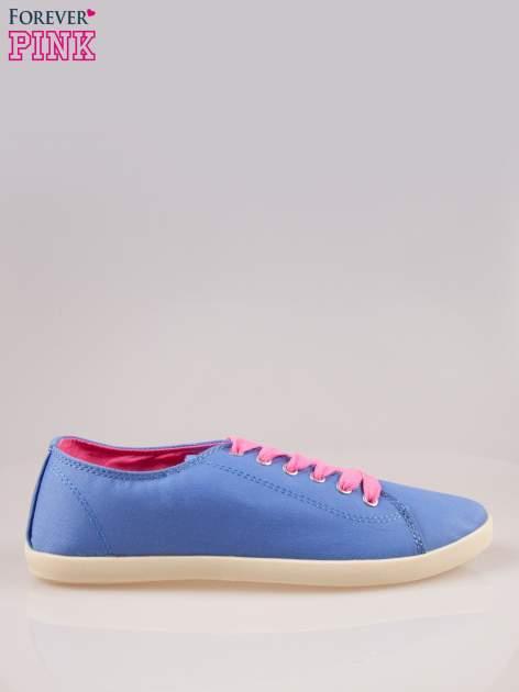 Niebieskie tenisówki damskie z różowymi sznurówkami