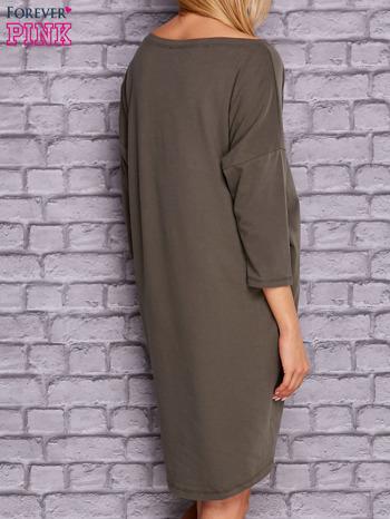 Oliwkowa gładka sukienka oversize                                  zdj.                                  4