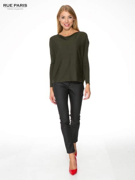 Oliwkowy sweter o nietoperzowym kroju z cekinową aplikacją na rękawach                                  zdj.                                  2