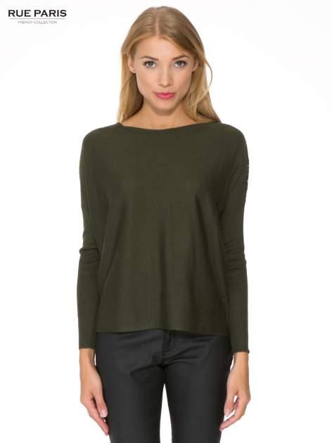 Oliwkowy sweter o nietoperzowym kroju z cekinową aplikacją na rękawach                                  zdj.                                  1