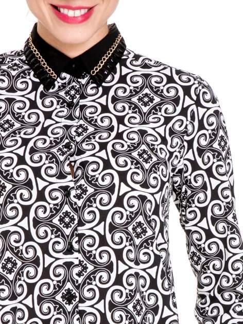 Ornamentowa koszula z czarnym biżuteryjnym kołnierzykiem i mankietami                              zdj.                              7