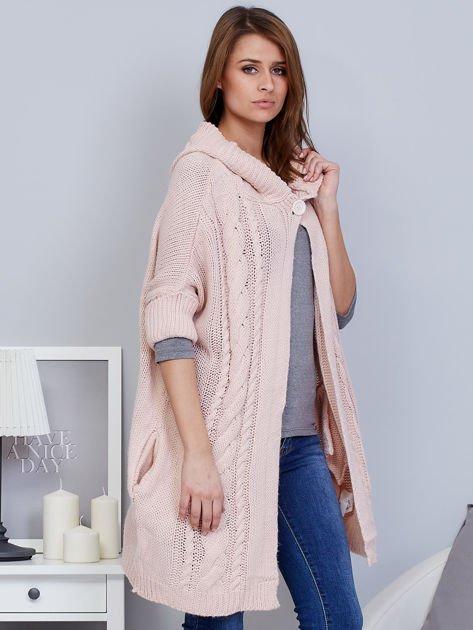 Otwarty sweter z warkoczowym wzorem i kapturem różowy                              zdj.                              5