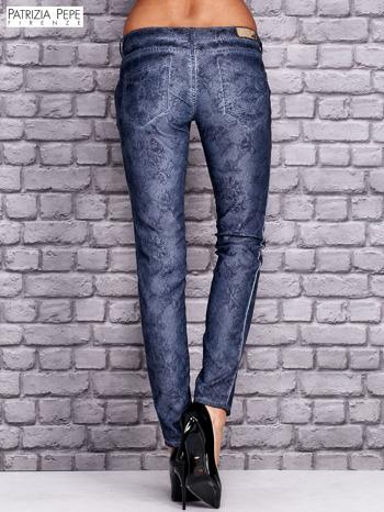 PATRIZIA PEPE Ciemnoniebieskie spodnie z kwiatowym nadrukiem                                  zdj.                                  3