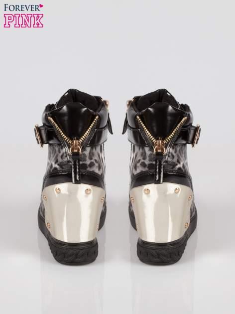 Panterkowe sneakersy z blaszką i łańcuchami                                  zdj.                                  3