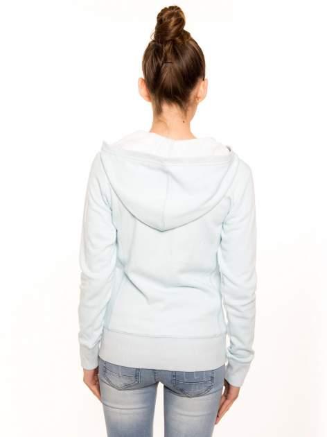 Pastelowo niebieska bluza z kapturem                                  zdj.                                  3