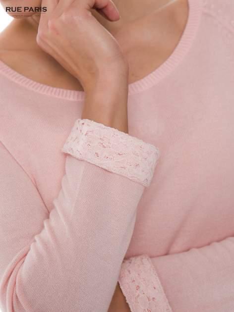 Pasteloworóżowy sweter z długim rękawem wykończonym koronkowym mankietem                                  zdj.                                  4