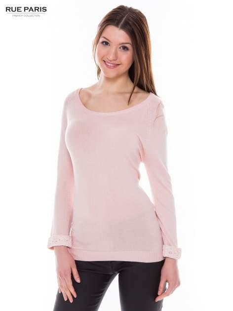 Pasteloworóżowy sweter z długim rękawem wykończonym koronkowym mankietem