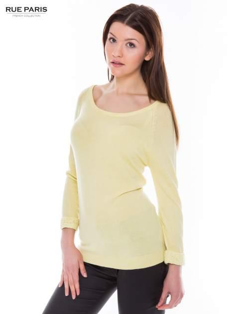 Pastelowożółty sweter z długim rękawem wykończonym koronkowym mankietem                                  zdj.                                  2